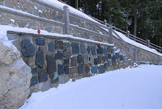 Symboliczny cmentarz ludzi gór na Wiktorówkach.