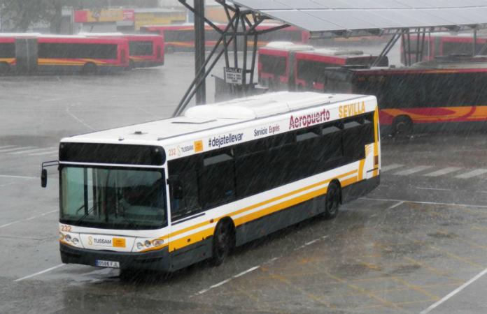 Bus de la línea especial aeropuerto de Sevilla, en color blanco.
