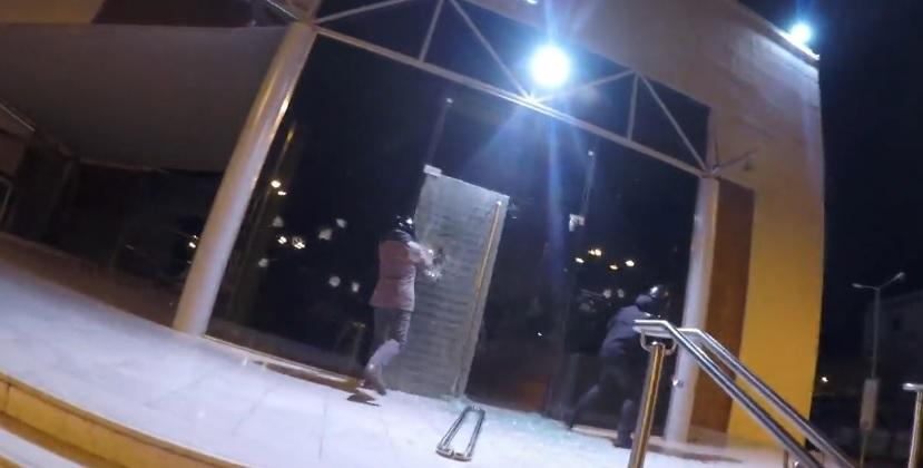 2954f1ff86 Ρουβίκωνας  Επίθεση στα κεντρικά της Factory Outlet (ΒΙΝΤΕΟ)