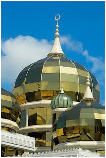 kubah masjid dari kaca emas