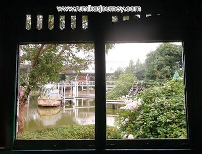 menikmati pemandangan dari kereta keliling museum transportasi tmii