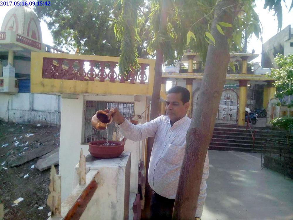 देव स्थानों पर सकोरों में पानी भरते संघवी-Sri-Sanghvi-making-the-mantra-of-Jivasewa-Shiva-Seva