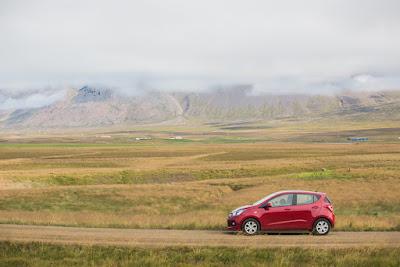 Coche en ruta por las diferentes sugerencias de itinerario por Islandia