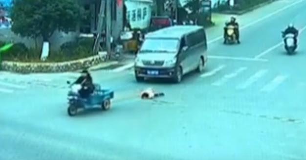 Ребенок упал из багажника трехколесного мотоцикла на перекрестке в  провинции Чжэцзян в Восточном Китае