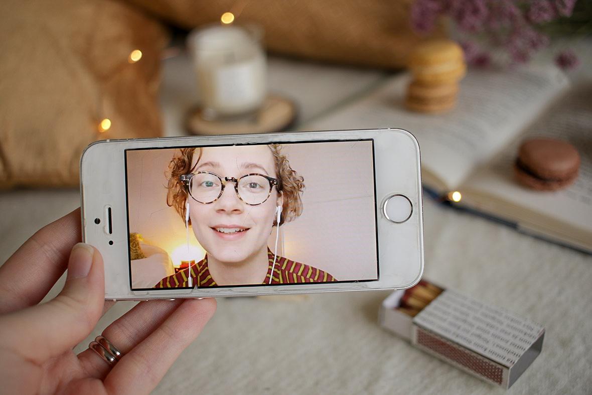 Lukutiloissa Anni kuiskailee ASMR-videolla