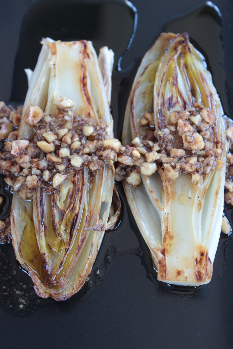 Endibias a la plancha con vinagreta de avellanas
