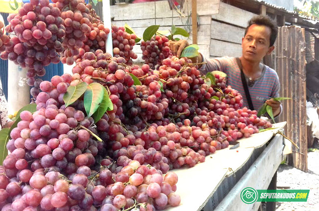 penjual buah di kudus
