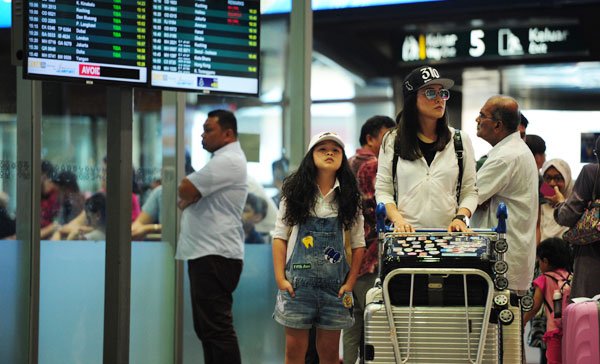 Sarah (Tan Qin Lin) and her mother, Sophia (Debbie Goh) arrive at the airport in THE KID FROM THE BIG APPLE 2: BEFORE WE FORGET (2017)
