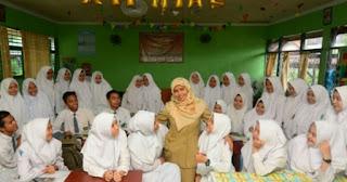 Sejumlah 9587 Guru Honorer DKI Naik Gaji