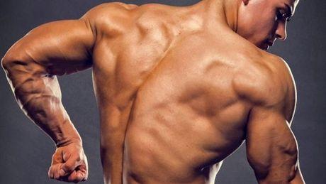 Hombre musculoso posando de espaldas