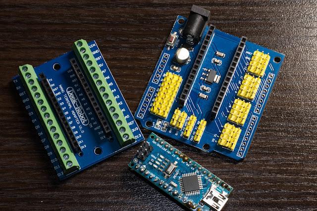 Od lewej: płytka rozszerzająca złącza Arduino na zaciski śrubowe, po prawej płytka rozszerzająca na złącza do kabelków łączeniowych oraz na dole zdjęcia Arduino Nano