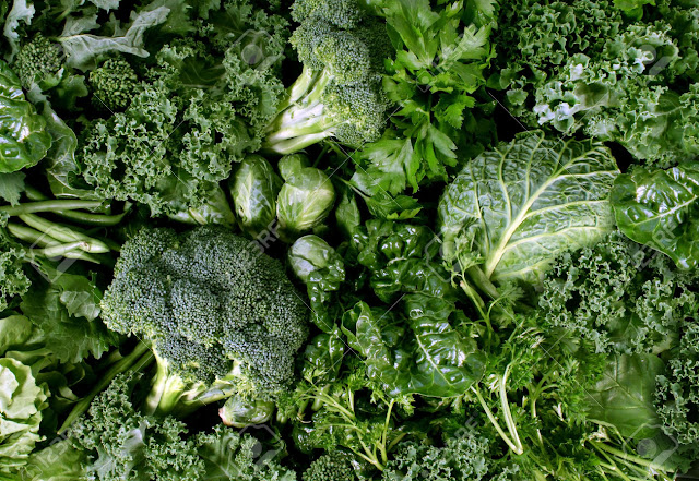 Bông cải xanh và rau lá xanh đậm trong thực đơn cho bà bầu