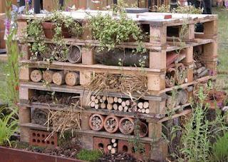 organizador para jardin hecho con pallets de madera