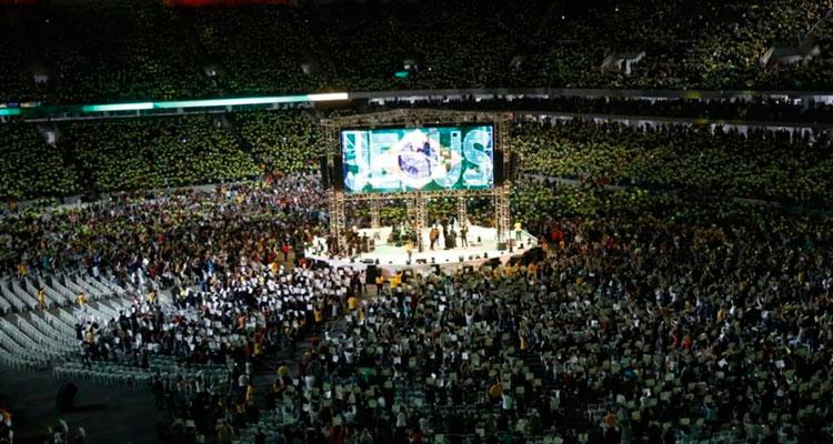 FIÉIS em culto que lotou a Arena da Baixada com 43 mil pessoas