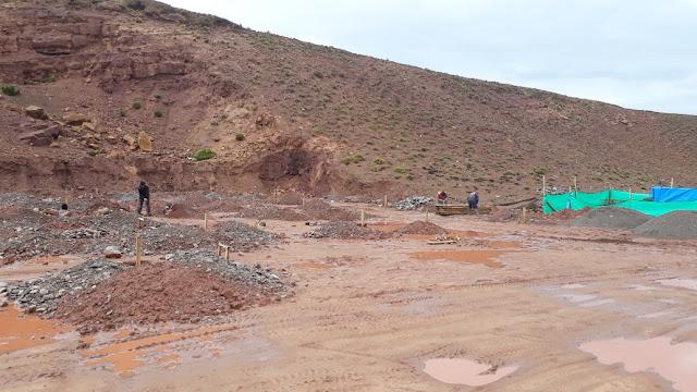 Trotz Regen und verschlammtem Boden wird an den Aushubarbeiten für das neue Hospital weitergewerkelt. Erliegen