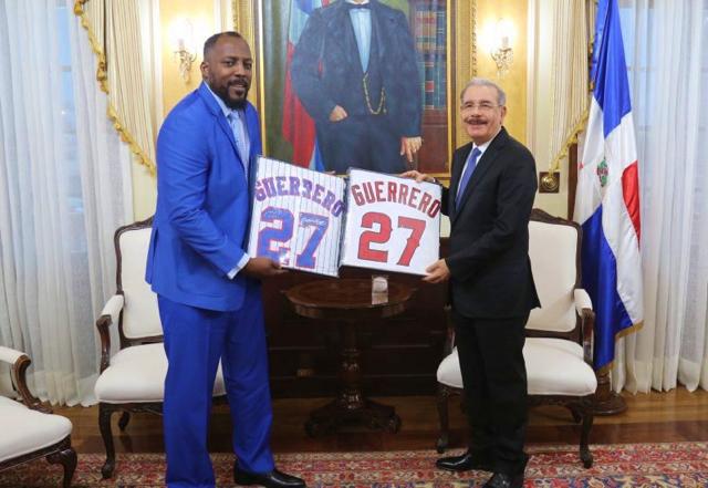 Vladimir Guerrero regala dos camisetas al presidente Danilo Medina
