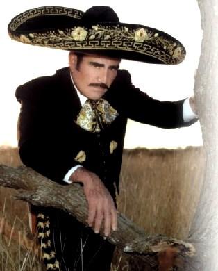 Foto de Vicente Fernández con vestimenta mexicana
