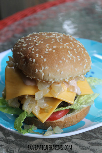 In-N-Out Double Double Copycat // If you hate missing out on fast food that isn't native to your area, this In-N-Out copycat will make you feel like you are right there at the restaurant! #recipe #copycat #innout #burger