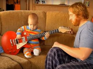 Baby guitar: bimbo suona chitarra elettrica - video