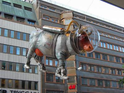 Escultura extraña y con sentido del humor.