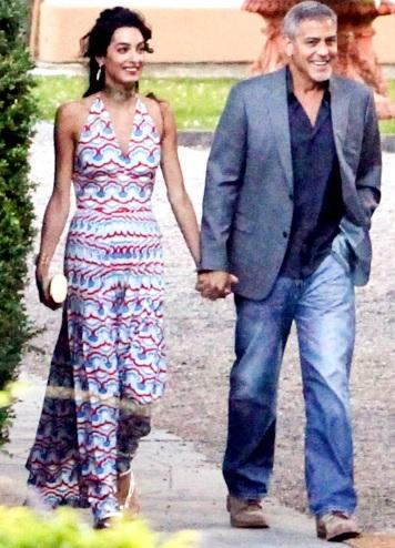 Foto de George Clooney agarrando de la mano a Amal Ramzi