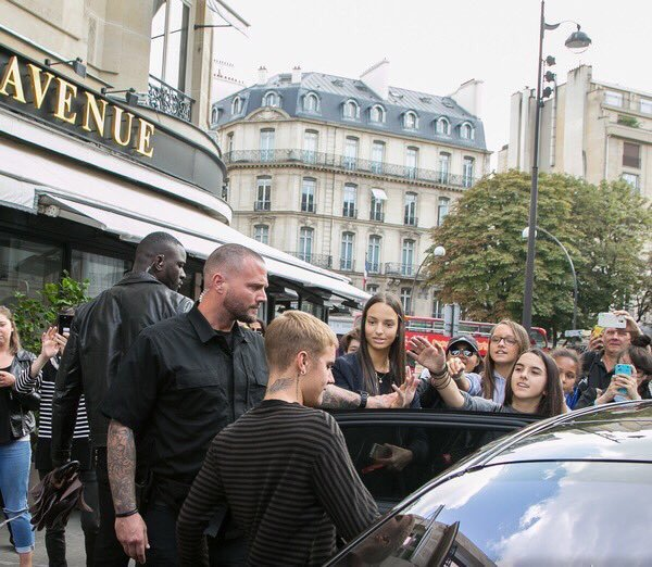 Reacción de Justin Bieber al estar rodeado de fans en Paris (VIDEO)