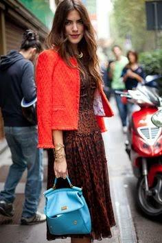 jaqueta vermelha e mala azul