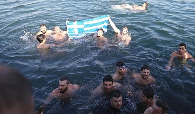 Βούτηξαν στα νερά με την Ελληνική Σημαία ψάλλοντας τον Εθνικό Ύμνο στην Κωνσταντινούπολη (βίντεο)