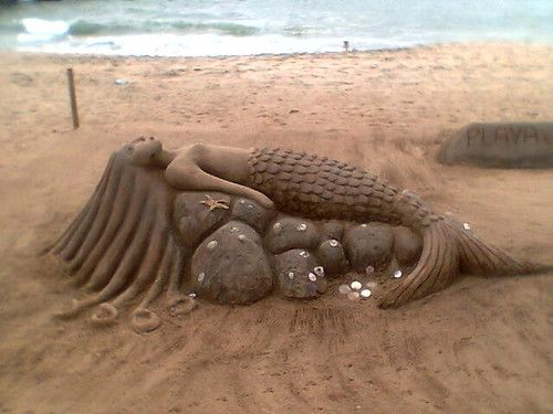 Escultura. Sirena hecha de arena