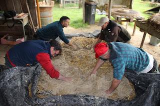 Travail en équipe lors d'un stage four à pain en terre