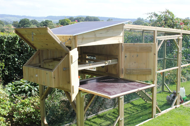 Easy to clean hen houses