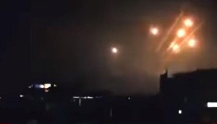 Βίντεο – Ρωσικά αντιαεροπορικά χτυπάνε τους αμερικάνικους πυραύλους
