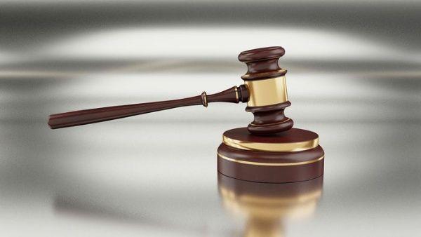 Juez de EE.UU. acusa de infractoras a niñas violadas por adulto