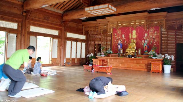Budistas coreanos rezando