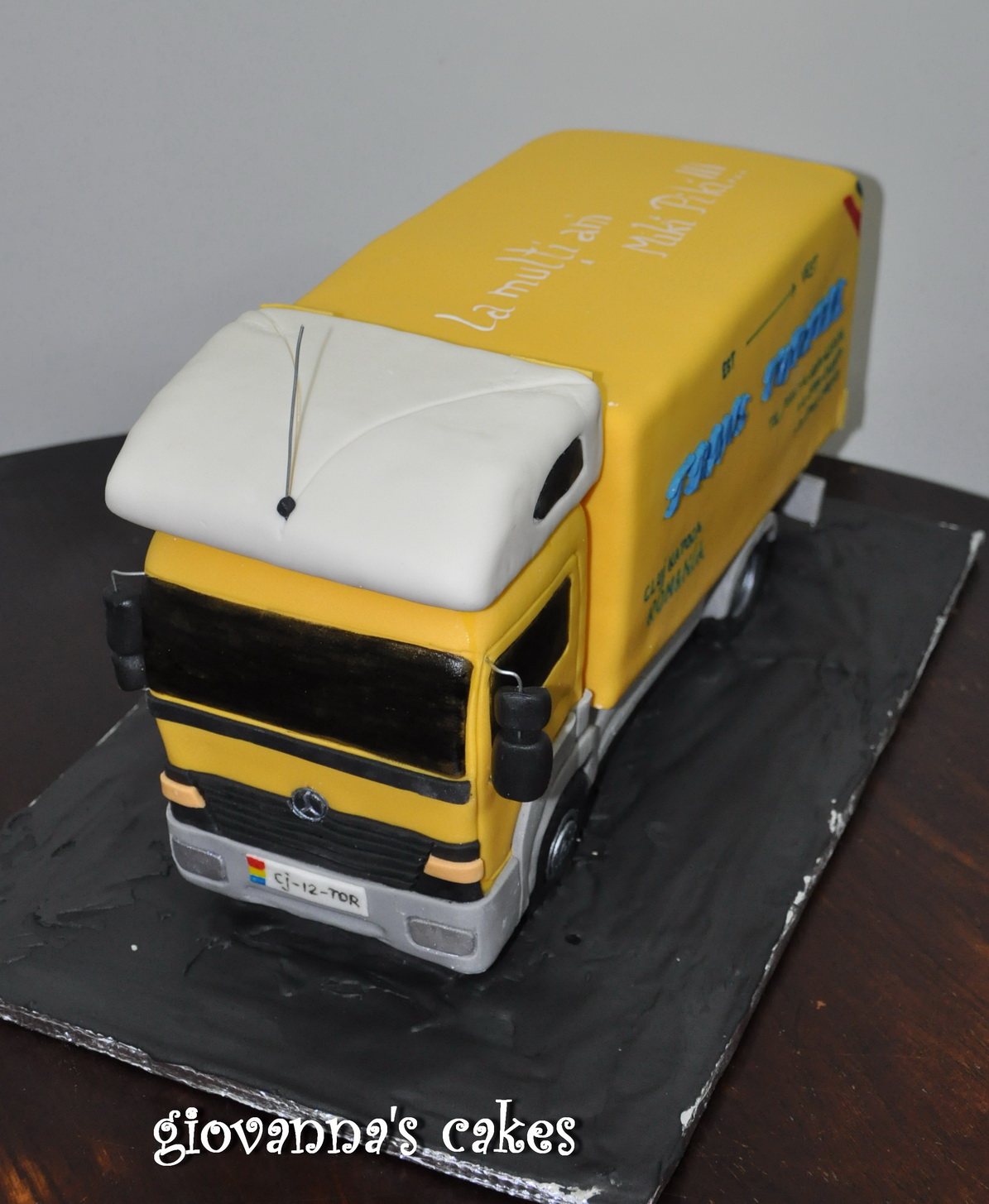 Giovanna 39 s cakes mercedes truck cake for Mercedes benz cake design