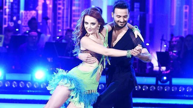 La bailarina sorda Iwona Cichosz durante una actuación en Dancing with the Stars polaco junto a su pareja