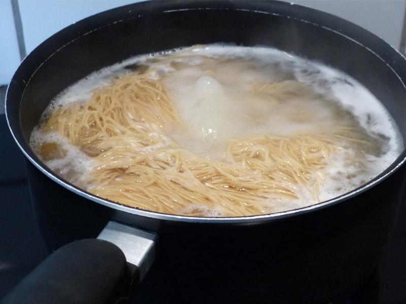 Faites cuire les nouilles aux oeufs.