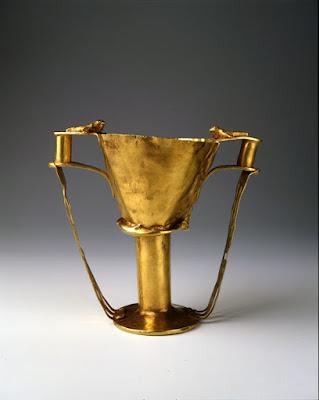 Για πρώτη φορά ο κρατήρας της μάχης μαζί με ένα από τα χρυσά κύπελλα που είχε στο εσωτερικό του στο EAM