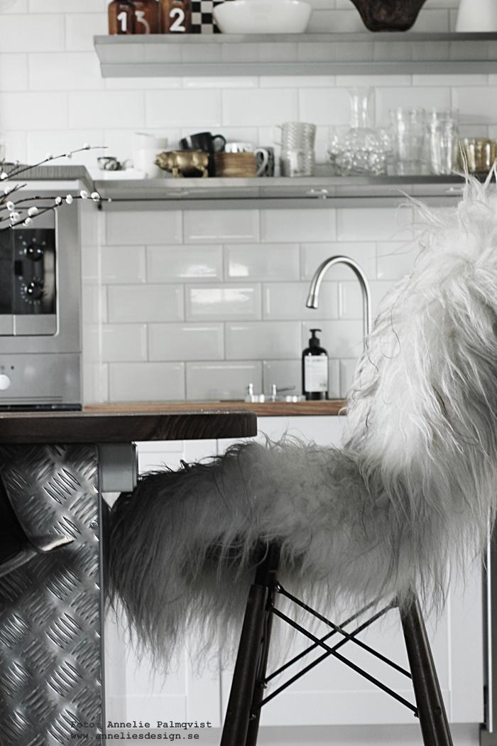 kök, köket, industriellt, industriella industristil, isländska fårkinn, skinn, fäll, fällar, webbutik, webbutiker, webshop, inredning, nettbutikk, nettbutikker, plåtdurk, plåt, döden lampor, tvåfota design, barstolar, barstol, köksö, apoteksflaskor med siffror på, hängande lampor, house doctor, köksdetaljer, detaljer, annelies design, anneliesdesign, online, nätbutik, nätbutiker, svart och vitt, svartvit, svartvita, diskbänk, bänkskiva, hth, varberg,