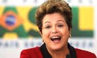 """Al llegar al Senado, ubicado en Brasilia, la suspendida autoridad fue recibida con aplausos por sus simpatizantes y bajo gritos de """"¡Dilma, guerrera, de la patria brasileña!."""