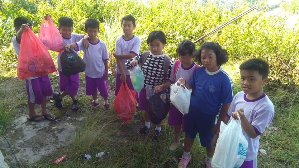 Keren! Siswa SDN 7 Rantepao Ini, Olahraga Sambil Pungut Sampah di Buntu Singki