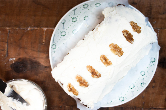 carrot cake decorada con buttercream y nueces
