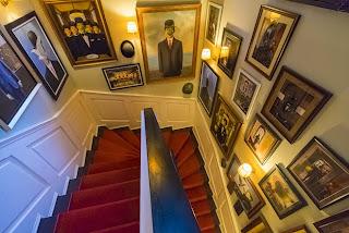 Cầu thang treo dày đặt các tác phẩm siêu thực