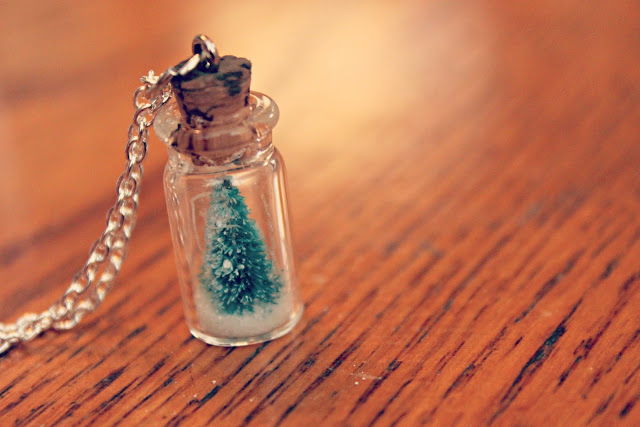 Handmade Gift Idea - Super cute Snow Globe Necklace Tutorial. Perfect for Christmas Gifts and Stocking Stuffers! Pin it now and make it later!