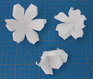 DIY-Basteltipp für einen dekorativen Kranz aus Papierblüten von Ars Vera.