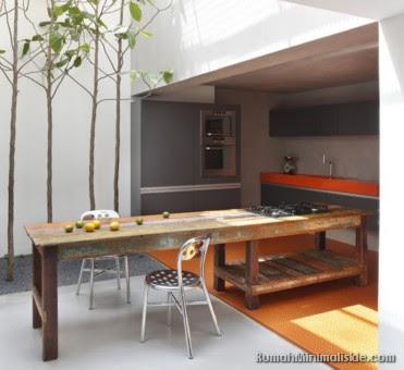 dapur rumah dengan taman belakang
