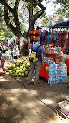 Tiendas de souvenirs y refrescos en Angkor