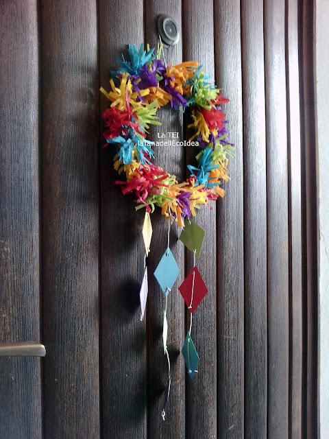 Ghiarlanda di carnevale appesa alla porta