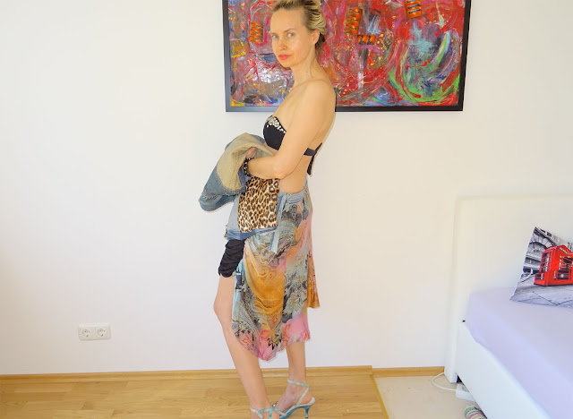 Model trägt Jeansjacke über dem Arm, Innenfutter mit Leo Print ist sichtbar