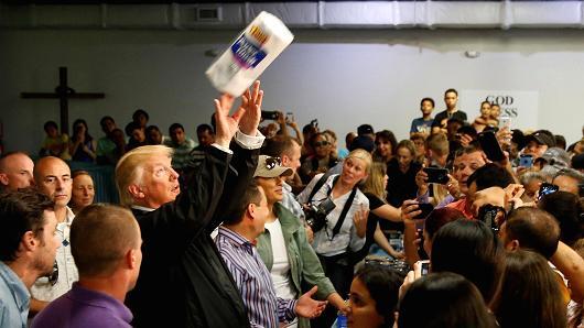 Donald Trump rzuca papierowe ręczniki, Portoryko